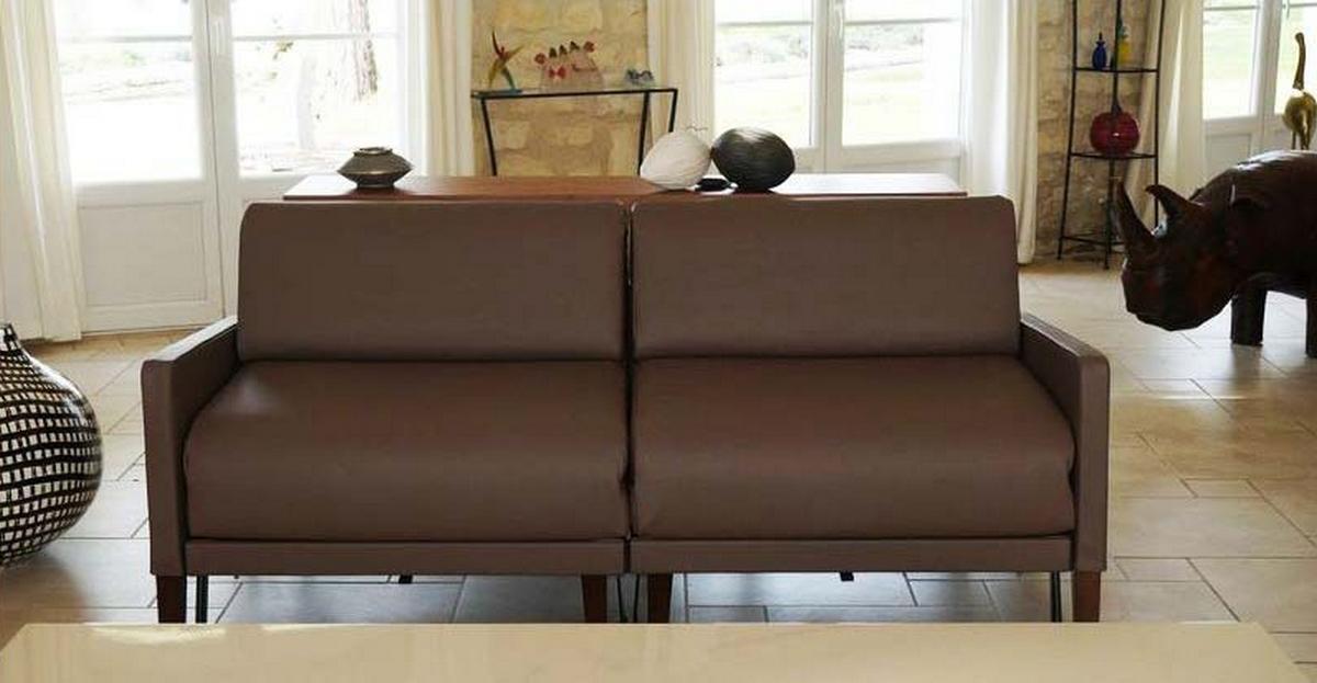 canapé cuir marron convertible Likoolis dans salon